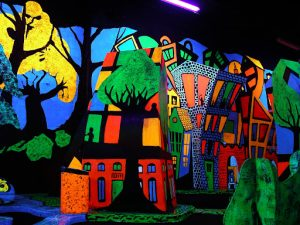 Putting Edge is one of the most popular indoor theme parks in Chicago that features mini-golf in the dark.